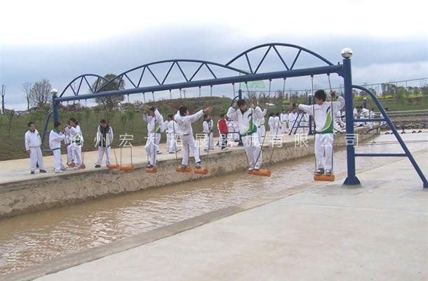 水上荡木桥-水上拓展器材厂家-水上拓展项目