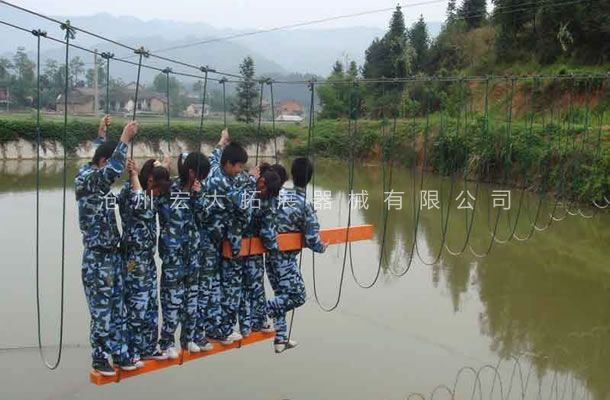 水上搭板过河-水上拓展器材厂家-水上拓展项目
