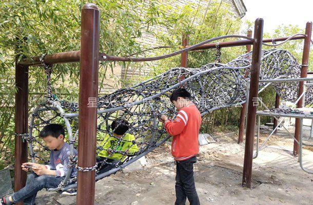 龙形爬网-青少年训练器材厂家-户外拓展体能乐园