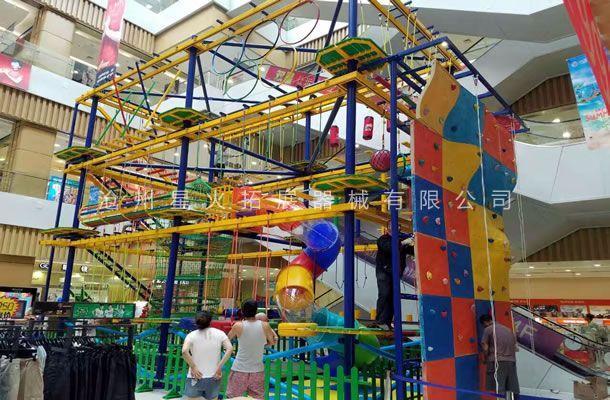 儿童在游玩室外拓展乐园